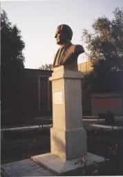 Памятник В.П. Куксову установлен в 2001 г., скульптор Н.Ф. Санжаров.